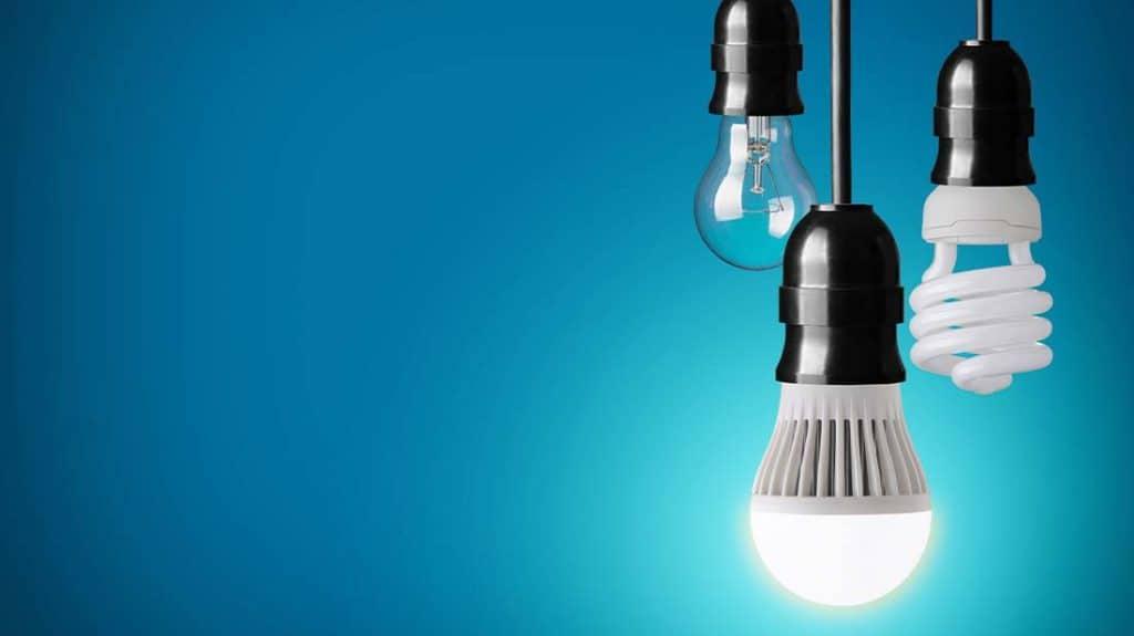 Cambiar los tubos fluorescentes por led es bastante sencillo, pero debes tener en cuenta tomar las medidas de seguridad adecuadas para trabajar con corriente eléctrica y en caso de dudas, contratar a un profesional.